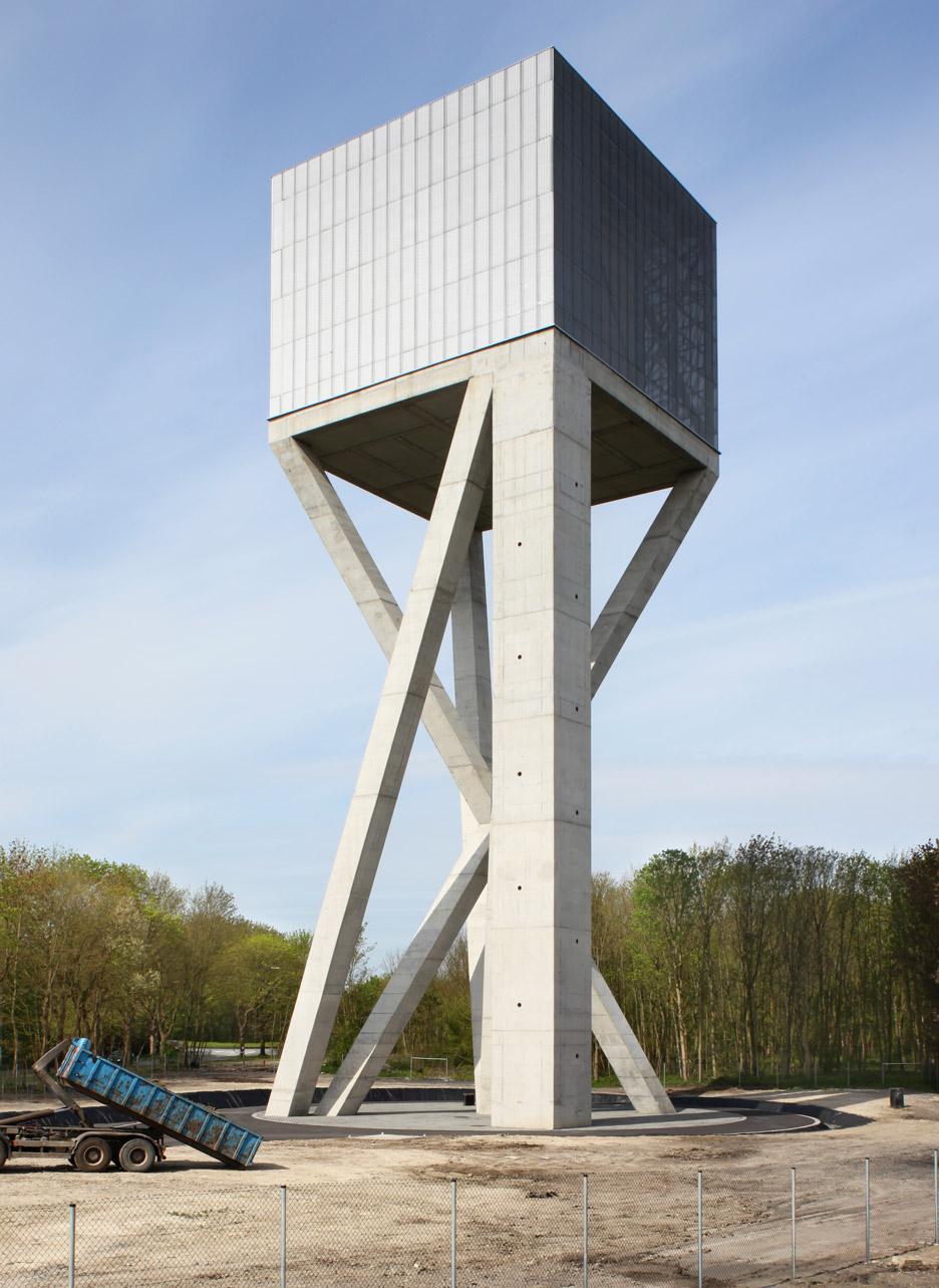 V 39 s chateau d 39 eau water tower rests on crossed concrete for V column architecture