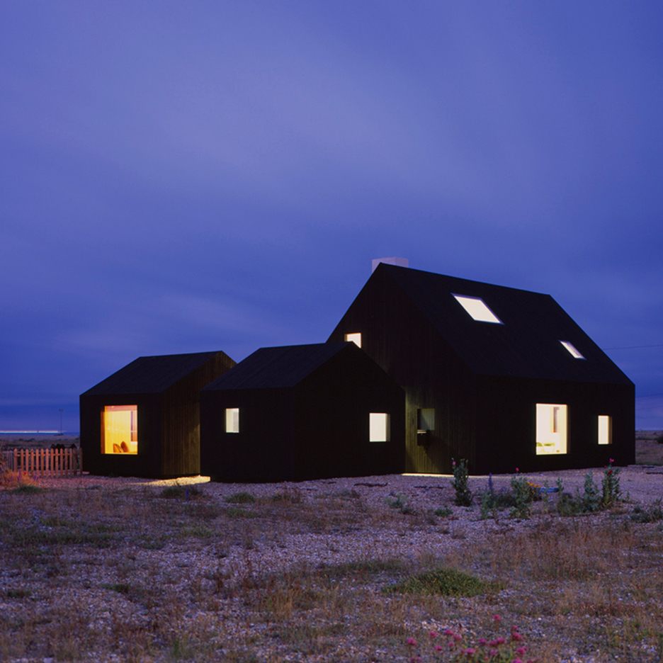 Black stained dungeness beach house by rodi davidson for House architecture