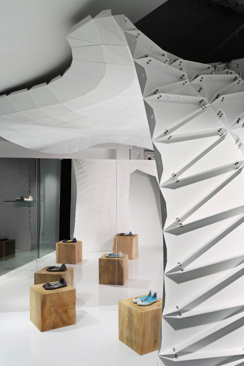 Soichi Mizutani designs Iguaneye Tokyo shoe store as a faceted white cave