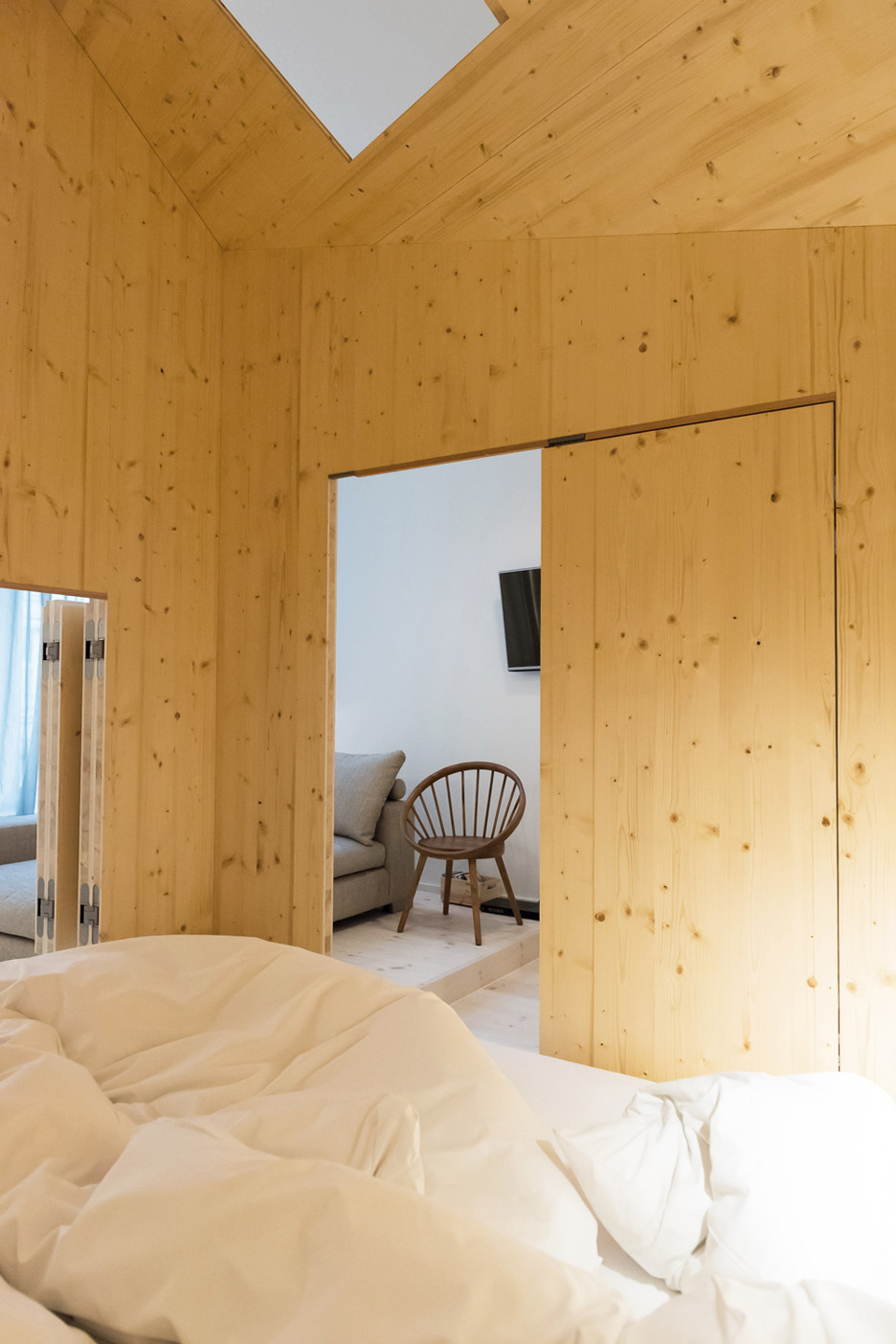 Michelberger hotel room by Sigurd Larsen