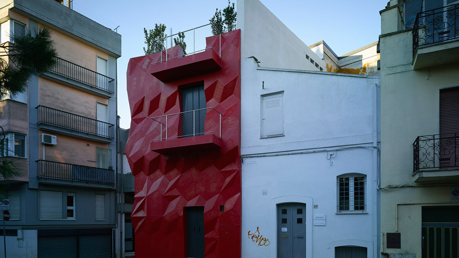 Nice GG Loop Transforms Italian House With Red Faceted Facade