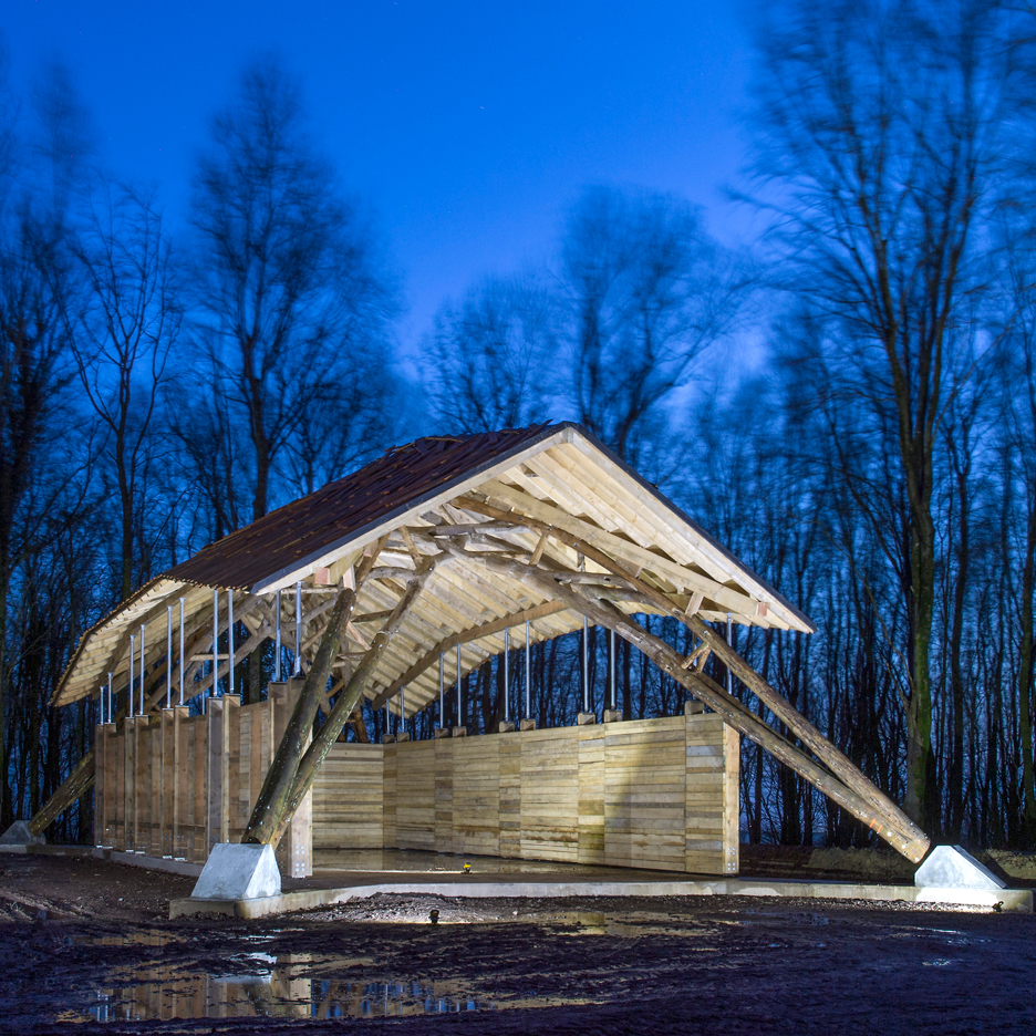 hooke-park-woodchip-barn-aa-students_dezeen_sq1
