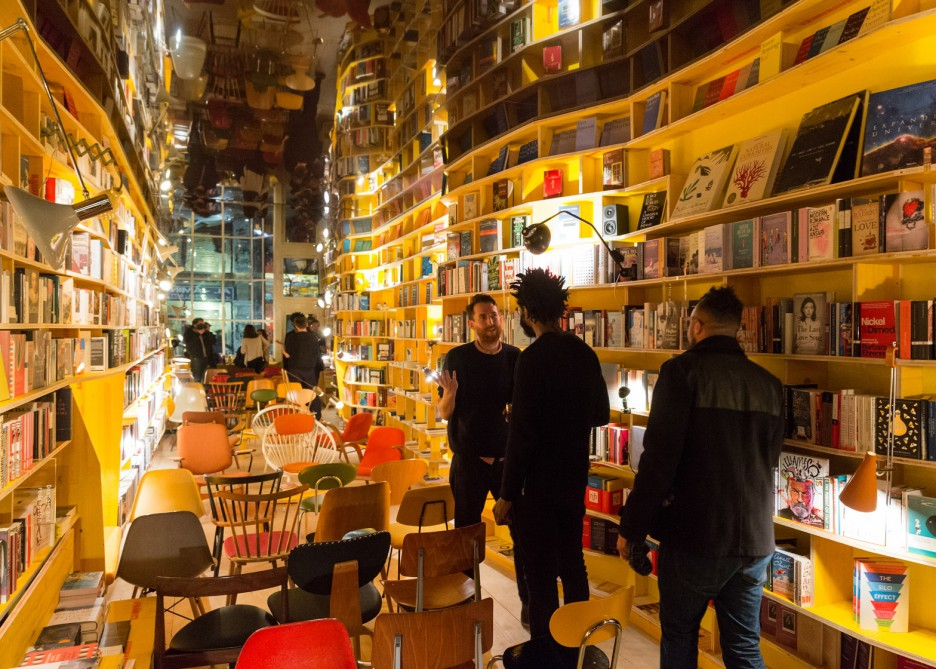 магазин необычных книг картинка шею, голову глазами