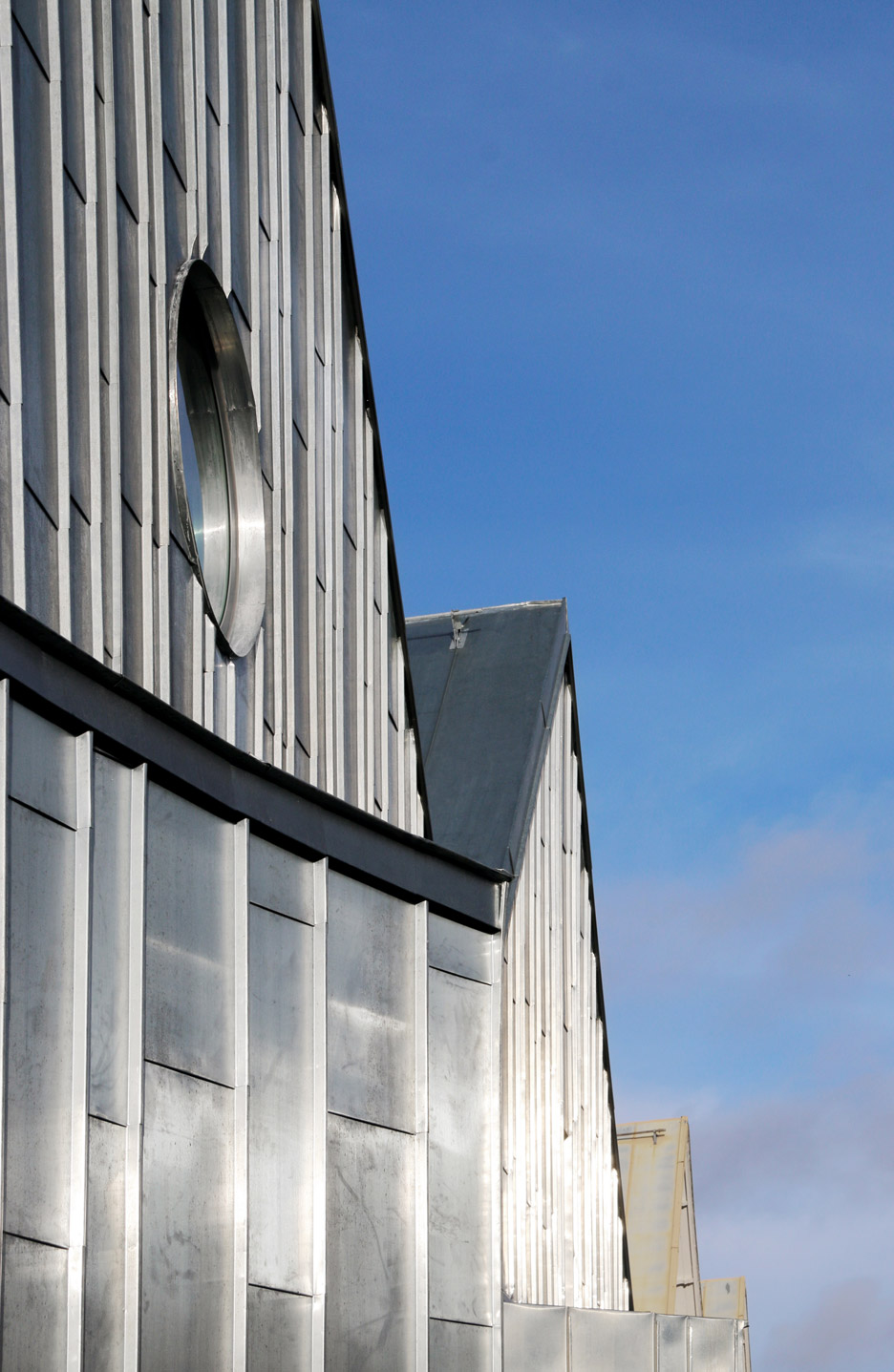 Tengbom adds monolithic zinc clad extension to alings s for Architecture zinc