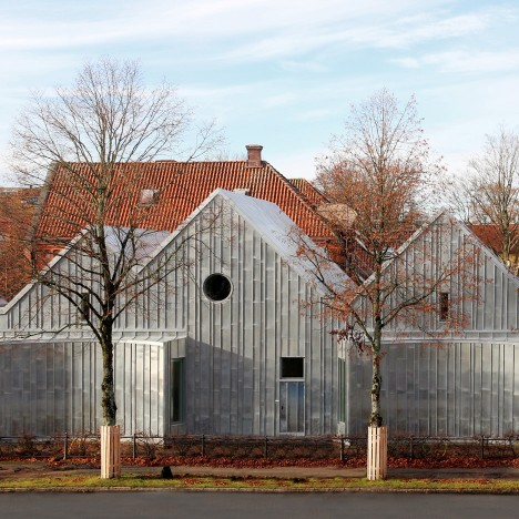 "Tengbom adds ""monolithic"" zinc-clad extension to Alingsås District Court"