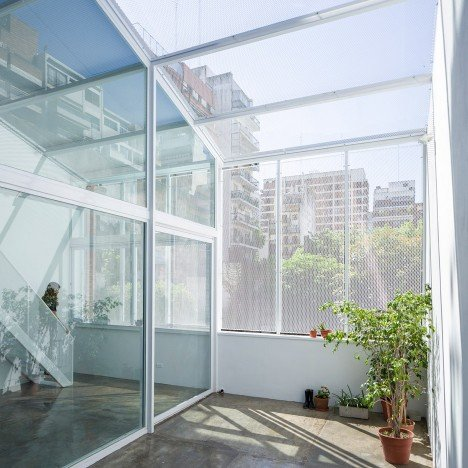 """Adamo-Faiden's rooftop extension proposes a """"new idea of luxury"""" for Buenos Aires housing"""