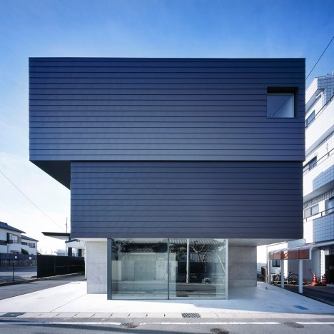Gaze house in Japan also contains a gallery for displaying the client's art collection