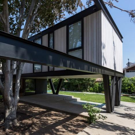 Gregorio Brugnoli Errázuriz raises Santiago house above a patio and beech tree