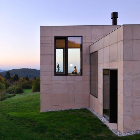 Arhitektura Krušec arranges House on Golo to frame trio of Alpine mountain ranges
