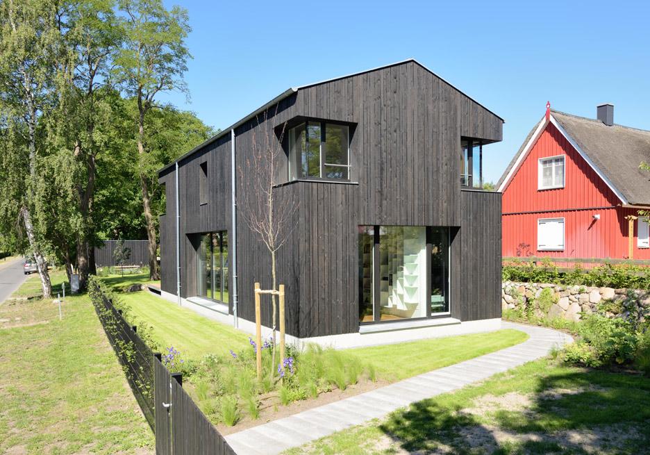 House wieckin by m hring architekten features black painted walls and deep corner windows - Mohring architekten ...