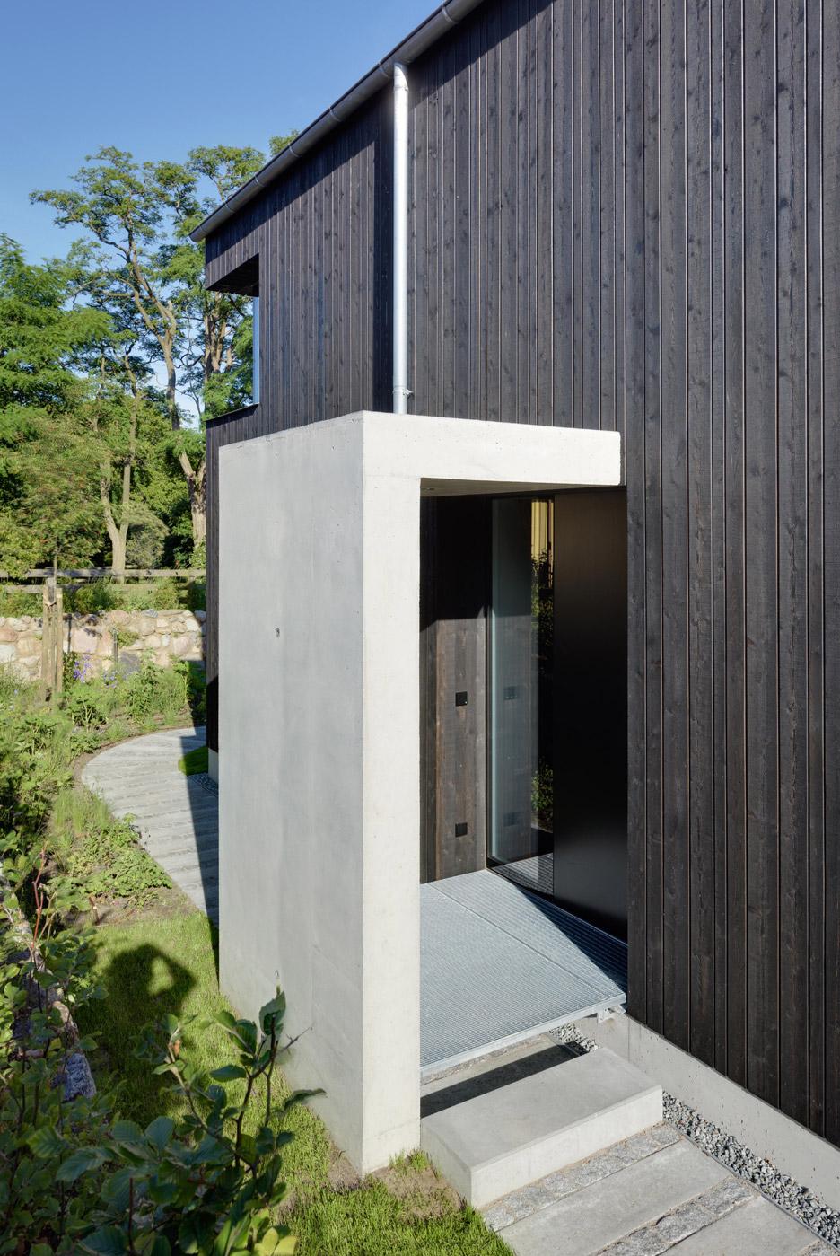 House Wieckin by Möhring Architekten features black walls and deep ...