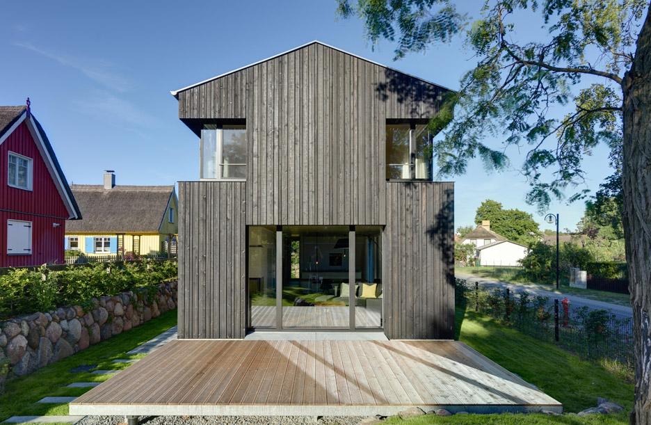 3novices house wieckin by m hring architekten features black painted walls and deep corner - Mohring architekten ...