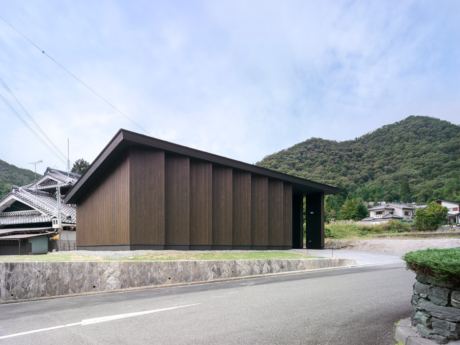 Key Operation completes cedar-clad warehouse at Inagawa cemetery