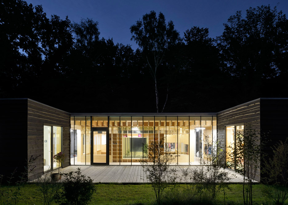 Architekt In Hamburg kraus schoenberg architekten nursery opens up to forested site