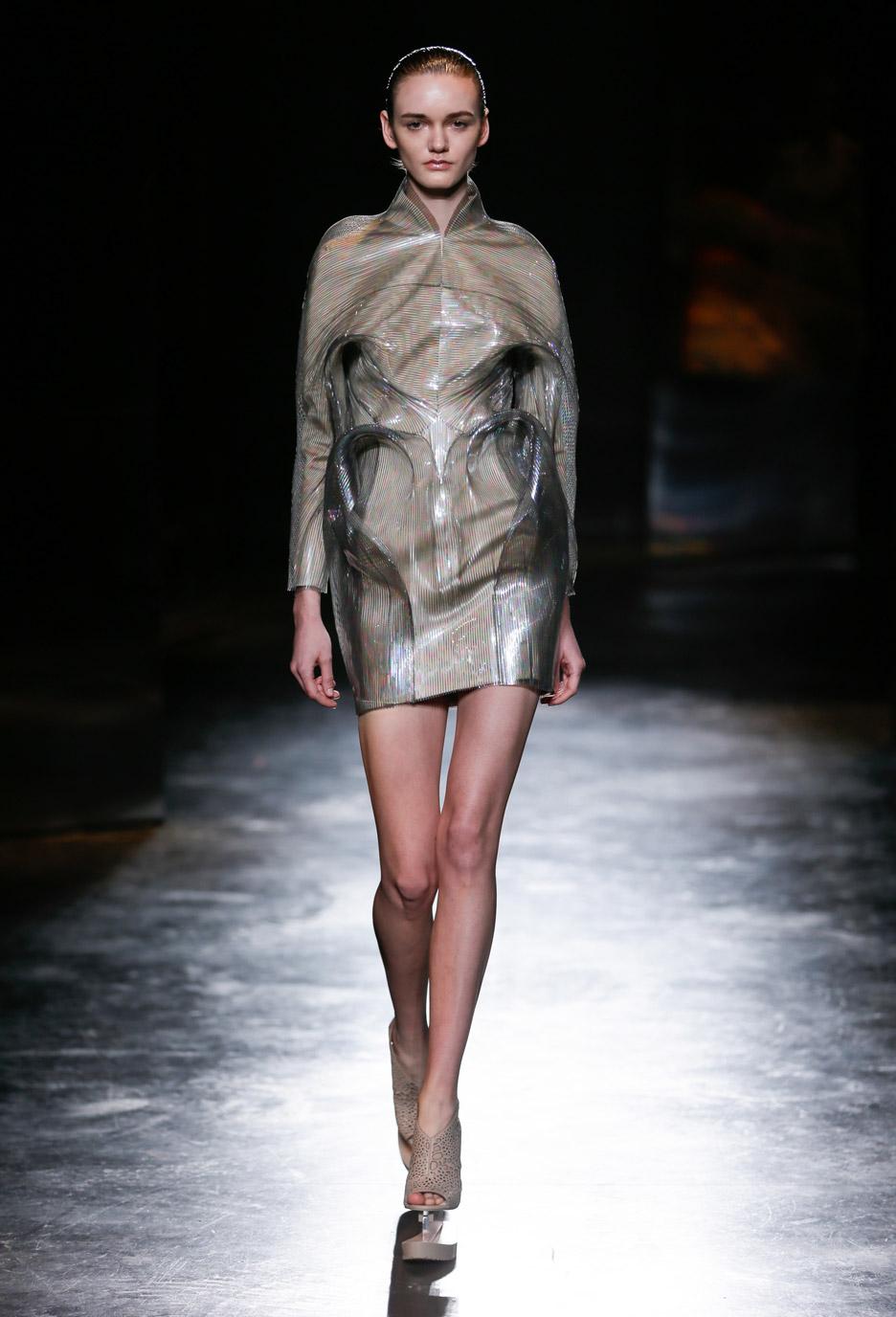 7602192ea Iris van Herpen s bubble-like dresses for Autumn Winter 2016