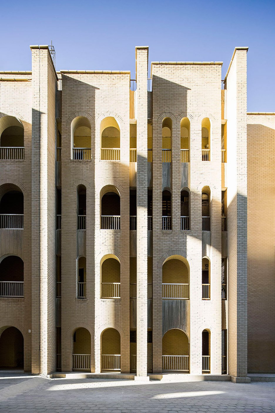 modern architecture in kuwait nelson garrido photography_dezeen_936_3 - Classical Modern Architecture