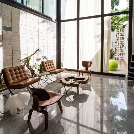 Huge glass doors open Taller Estilo Arquitectura's Mexican house to a courtyard garden