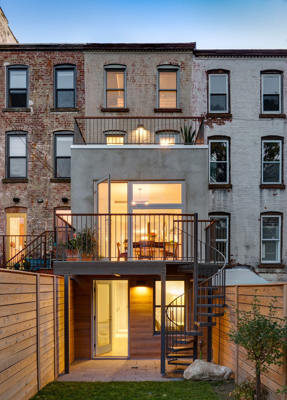Barker freeman overhuals narrow brooklyn row house for a for Modern house new york