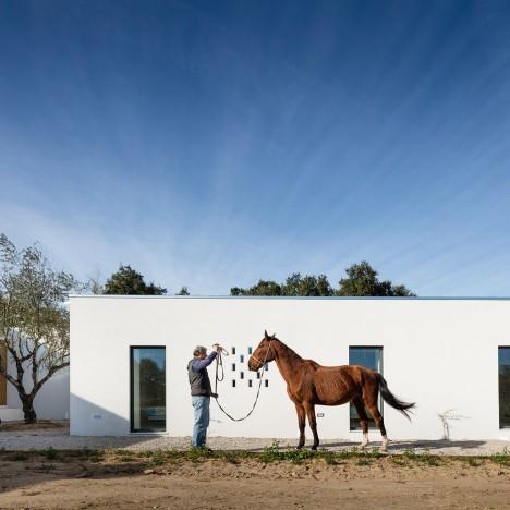 vineyard-house-blaanc-architecture-residential-montijo-portugal-rammed-earth-joao-morgado_dezeen_936_12