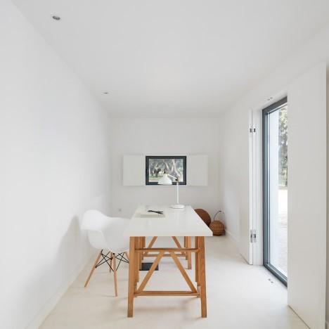 vineyard-house-blaanc-architecture-residential-montijo-portugal-rammed-earth-joao-morgado_dezeen_936_20