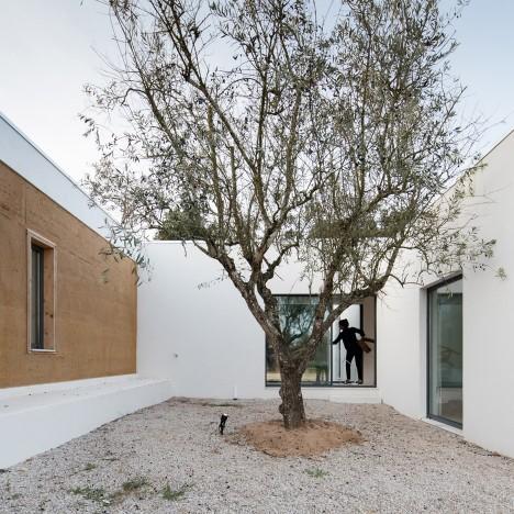 vineyard-house-blaanc-architecture-residential-montijo-portugal-rammed-earth-joao-morgado_dezeen_936_27