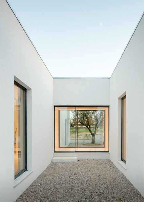 vineyard-house-blaanc-architecture-residential-montijo-portugal-rammed-earth-joao-morgado_dezeen_936_30