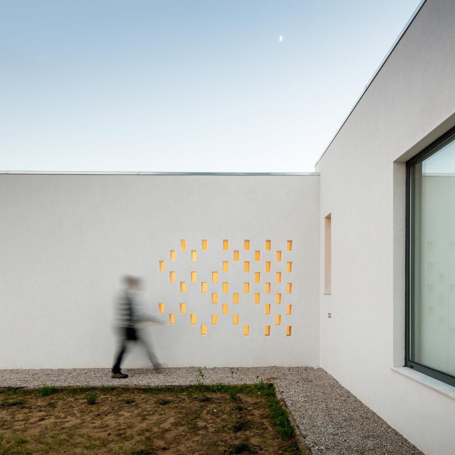 vineyard-house-blaanc-architecture-residential-montijo-portugal-rammed-earth-joao-morgado_dezeen_936_31
