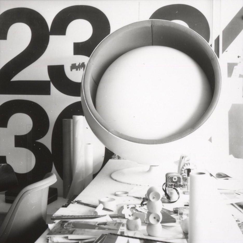 ball pastil chair-eero aarnio retrospective-design museum helsinki_dezeen_936_0