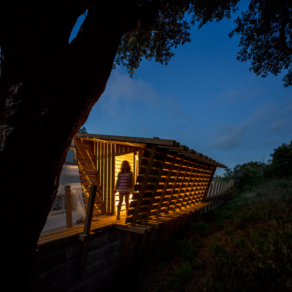 Casa no muro by Saperlipopette Les Architectes and Martial Marquet Architecture treehouse in portugal
