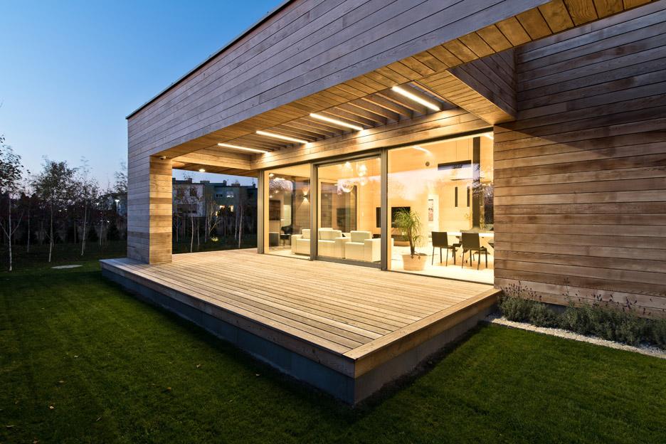 Mariusz Wrzeszcz design a house clad almost entirely in cedar
