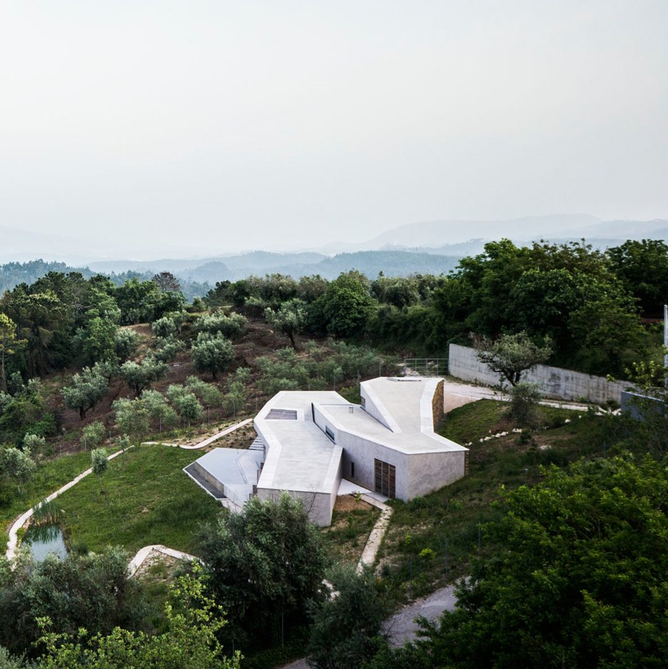 Casa na Gateira zigzags to follow the topography of a Portuguese mountain landscape