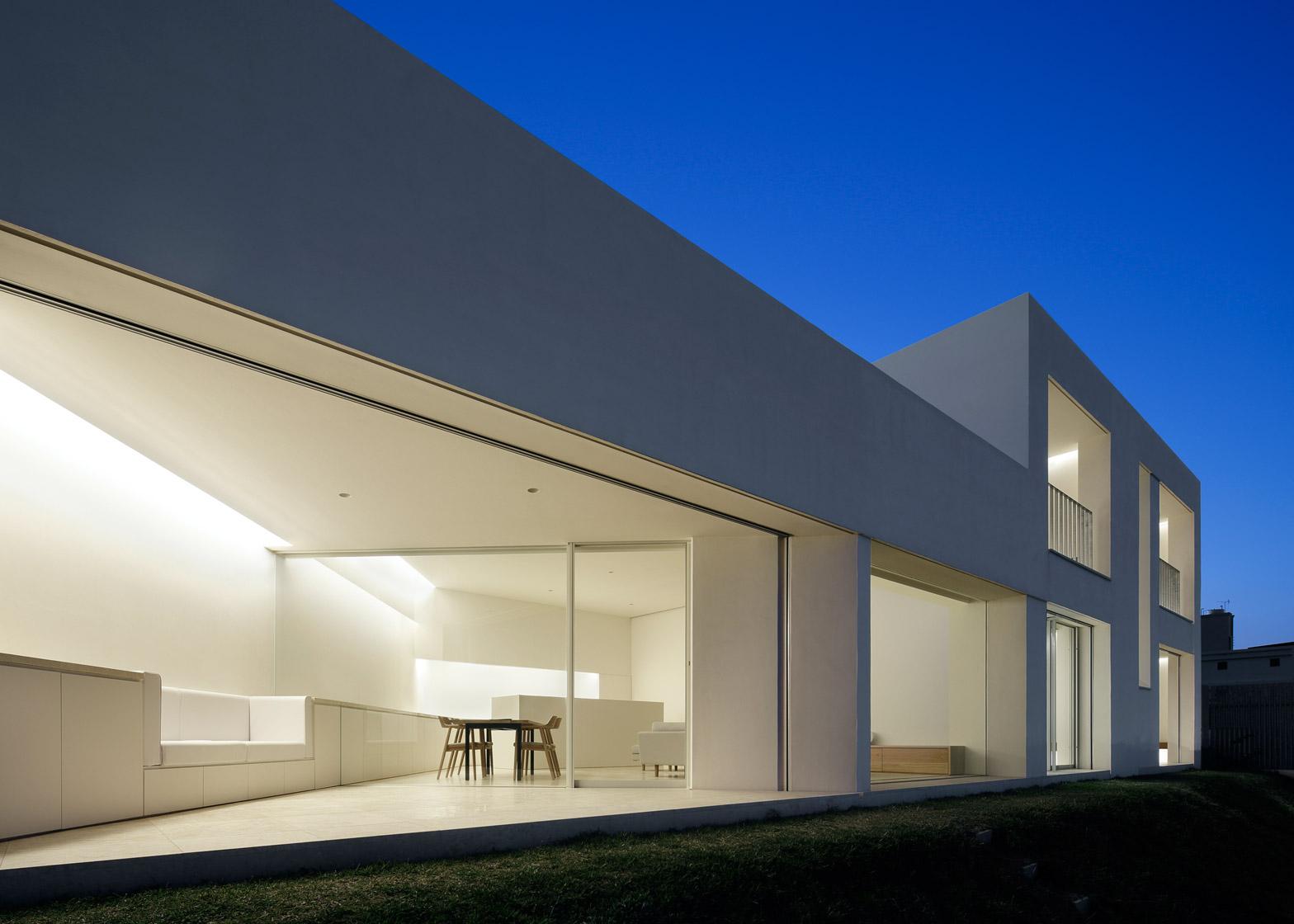 John Pawson completes bright white holiday home on Japan's Okinawa island