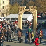 Replica of destroyed Syrian archway erected in London's Trafalgar Square