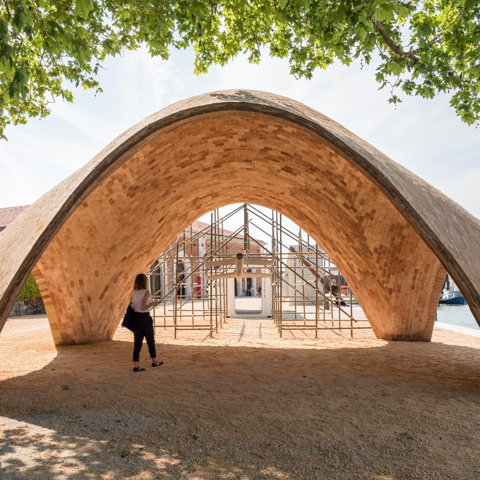 Armadillo vault is a pioneering stone structure that for Norman foster strutture