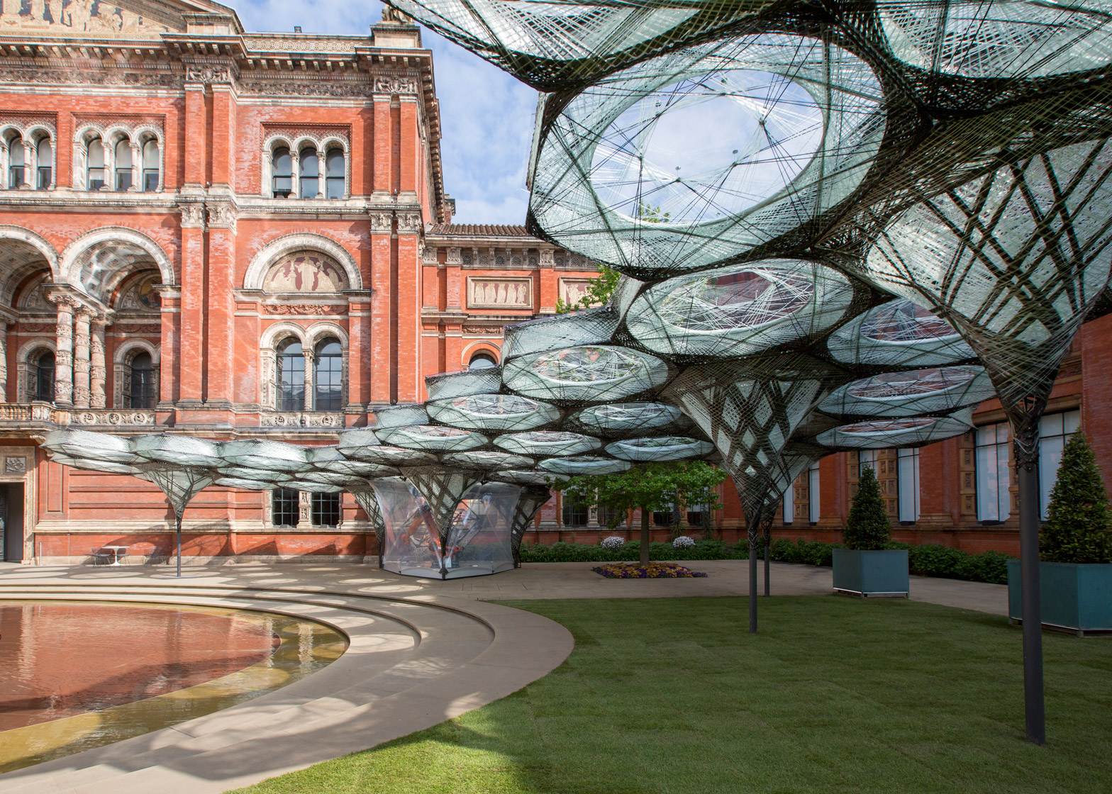 Elytra Filament Pavilion by Achim Menges for the V&A Museum is modelled on flying beetle wings