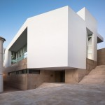 Daroca Arquitectos pairs white walls with natural stone for Baza employment centre