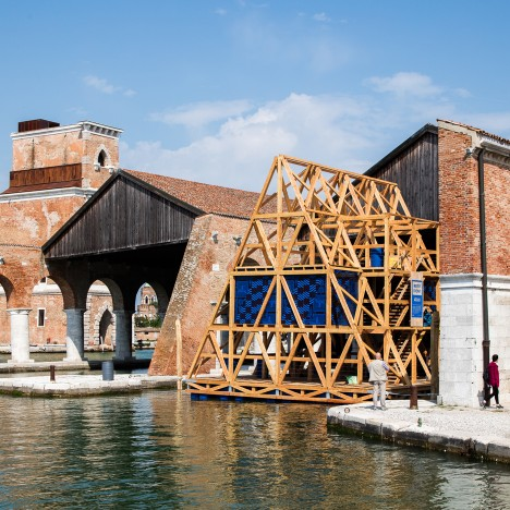 Kunlé Adeyemi docks Makoko Floating School at the Venice Biennale