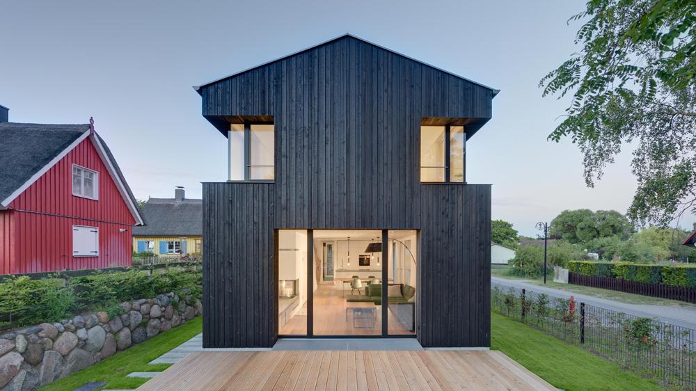 House wieckin by m hring architekten features black walls and deep corner windows - Mohring architekten ...