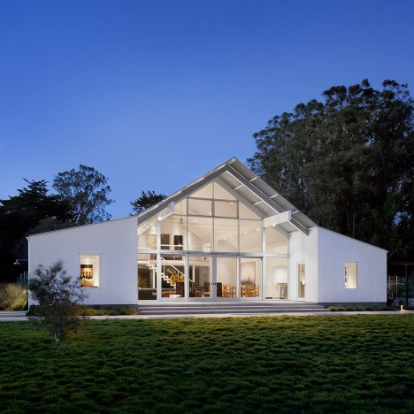 Turnbull Griffin Haesloop creates white barn-like house on a California ranch