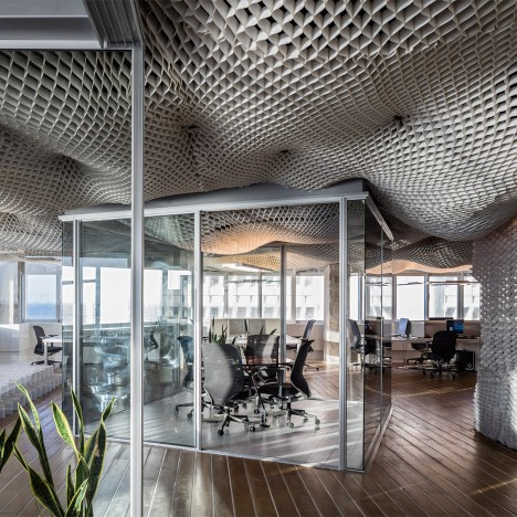 Paritzki & Liani Architects creates cloud-like ceiling for Tel Aviv office