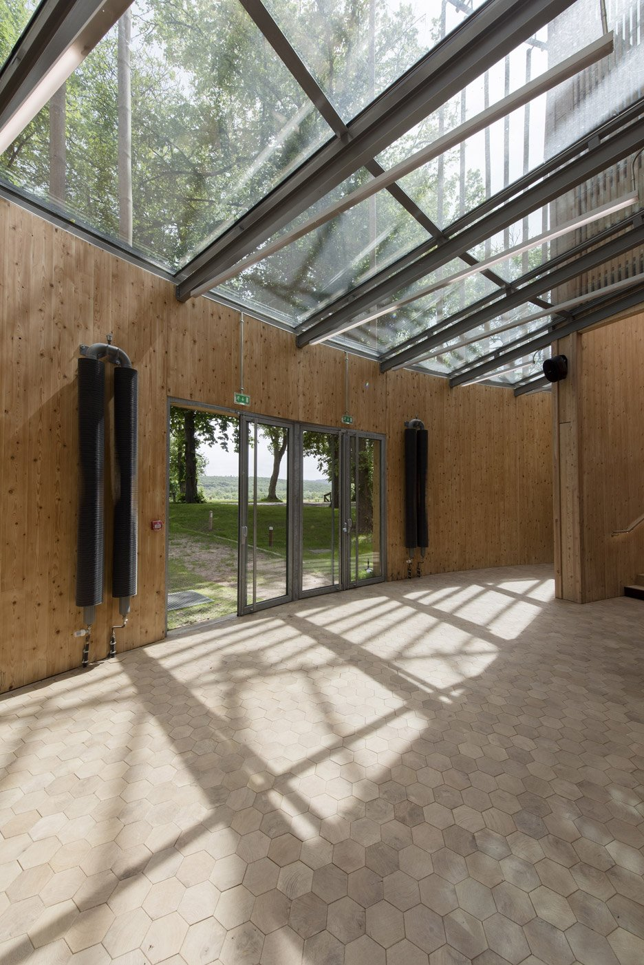 andrew-todd-theatre-pas-de-calais-globe-elizabethan-france-cross-laminated-timber_dezeen_936_1