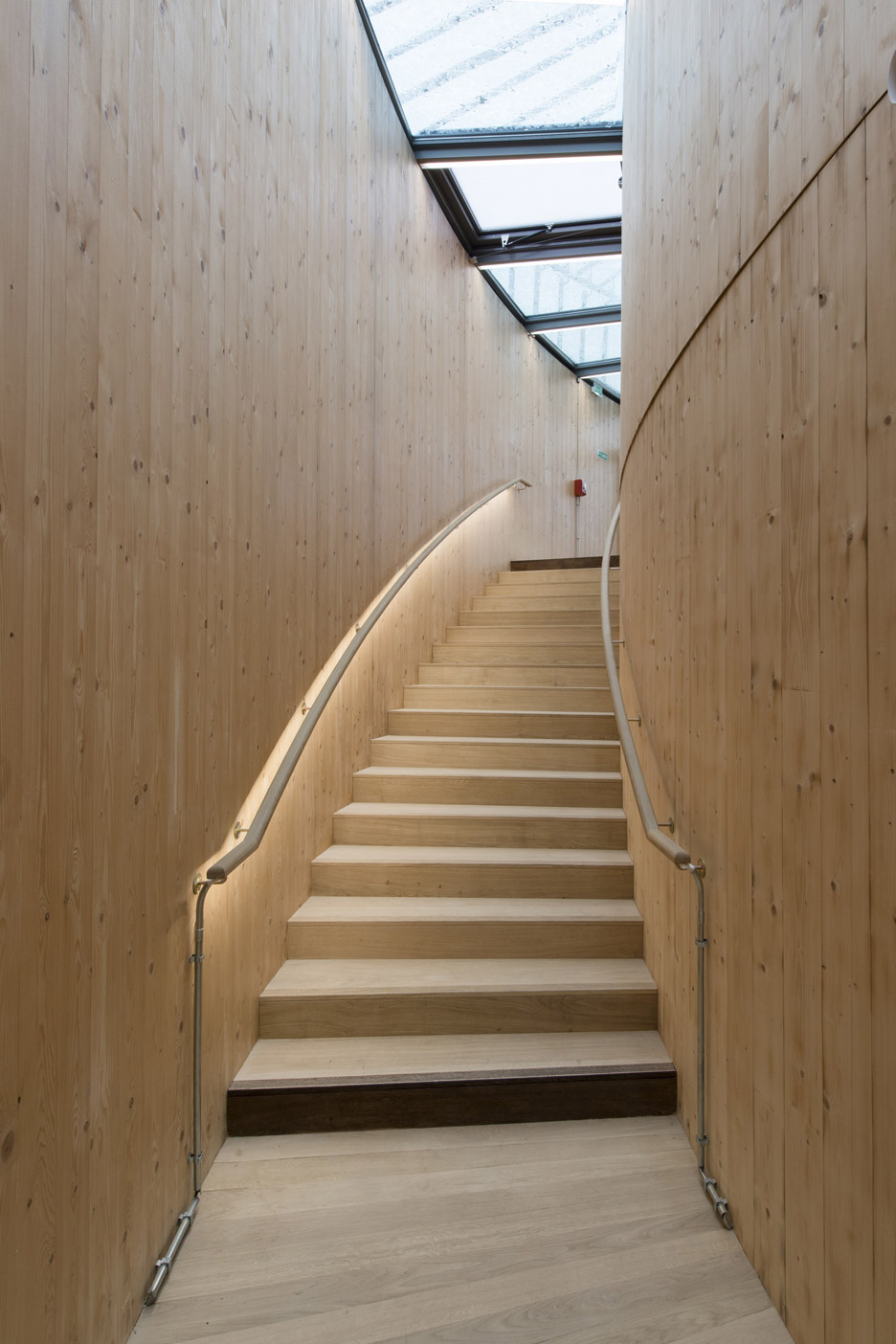 andrew-todd-theatre-pas-de-calais-globe-elizabethan-france-cross-laminated-timber_dezeen_936_26