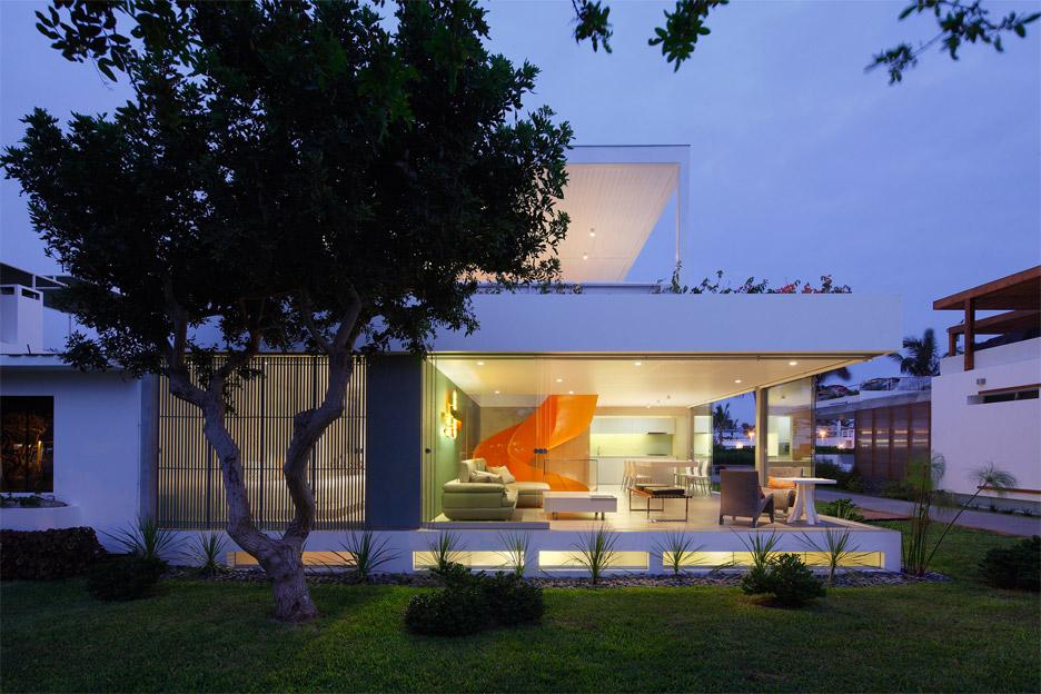casa-blanca-house-martin-dulanto-sangalli-residential-architecture-lima-peru-orange-staircase-juan-solano_dezeen_936_21