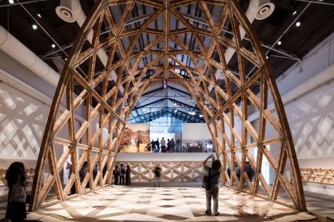 Gabinete de Arquitectura presents latticed brick arch as model for low-cost construction