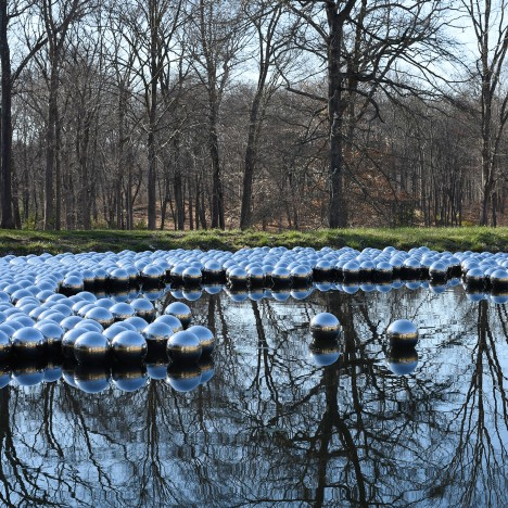 narcissus-garden-yayoi-kusama-glass-house-philip-johnson-sculpture-installation-mirror-spheres-floating-water_dezeen_sq1-468x468