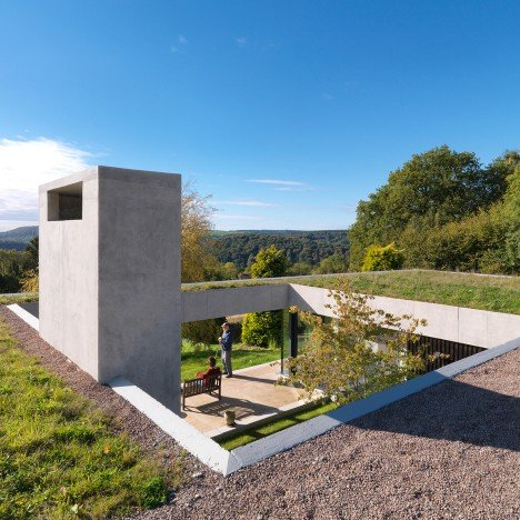 "Loyn & Co builds ""earth shelter"" that nestles against a Gloucestershire hillside"