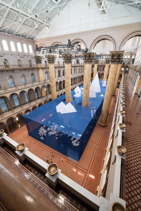 "James Corner Field Operations installs over 30 ""icebergs"" in Washington DC museum"