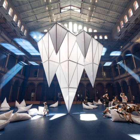 "James Corner Field Operations installs over 30 ""icebergs"" in Washington DC museum"