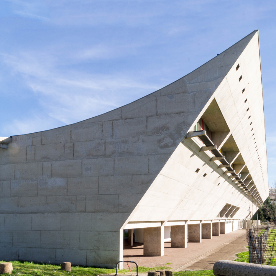 le corbusier s chapelle notre dame du haut in ronchamp features a monumental concrete roof. Black Bedroom Furniture Sets. Home Design Ideas