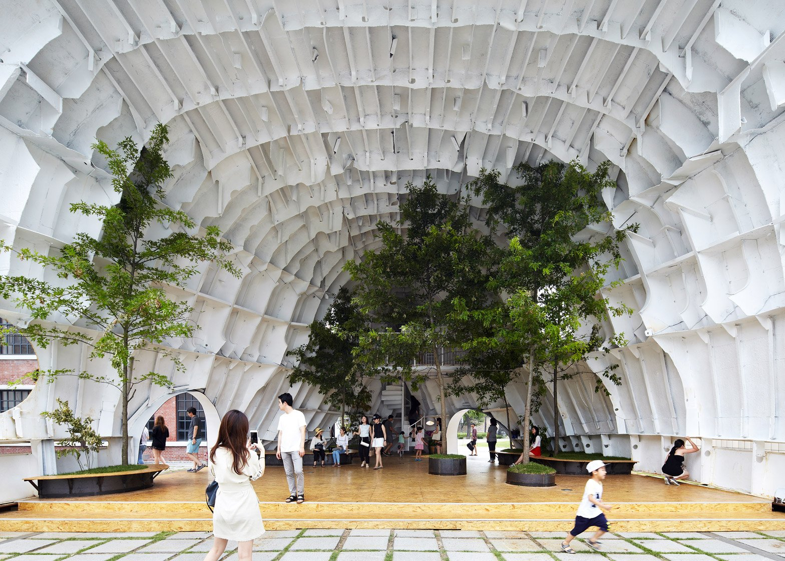 templ-shinslab-temporary-temple-seoul-south-korea-museum-courtyard-recycled-cargo-ship-parts_dezeen_1568_14
